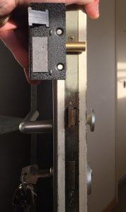 Ouvrir une porte claquée serrure en applique et serrure encastrée